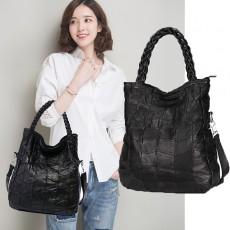 กระเป๋าหนังแท้ผู้หญิง สะพายและถือสายยาวหรูหูหนังสานนุ่มมากแฟชั่นแบรนด์ นำเข้า สีดำ - พร้อมส่งIS1041  ราคา4500บาท