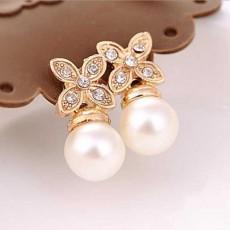 ต่างหูมุกขาว รูปดอกไม้คริสตัลหรูหราใหม่แฟชั่นเกาหลีสวย Crystal Pearl Earrings นำเข้า สีทอง - พร้อมส่งW493 ลดราคา99บาท