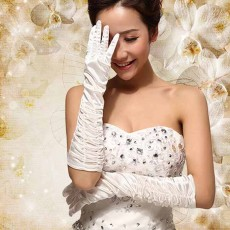 ถุงมือเจ้าสาว ยาวประมาณข้อศอกผ้าซาตินจับจีบเข้าชุดแต่งงานแบบสไตล์เรียบหรู สีขาว - พร้อมส่งW891 ราคา150บาท