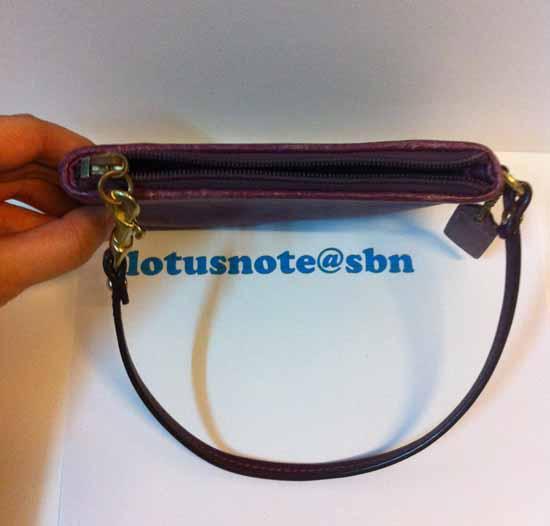 COACH Small Wristlet in Leather กระเป๋าคลัชถือของแท้มือสองจากอเมริกา พร้อมส่งสีม่วง ราคา490บาท