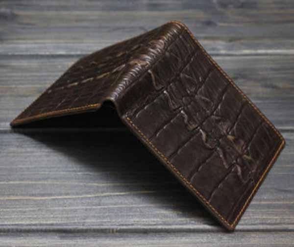 กระเป๋าสตางค์ผู้ชาย แบบสั้นหนังแท้แฟชั่นวินเทจลายจระเข้บางเท่ นำเข้า สีน้ำตาล - พร้อมส่งIS1035 ราคา1500บาท