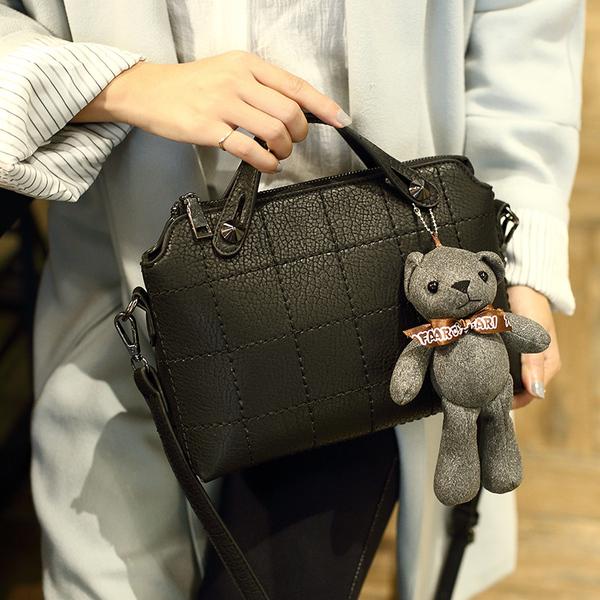กระเป๋าสะพายข้าง แฟชั่นเกาหลีผู้หญิงพร้อมตุ๊กตาหมีหนังเย็บลายสี่เหลี่ยมสวย นำเข้า สีดำ - พร้อมส่งIS1040 ราคา990บาท