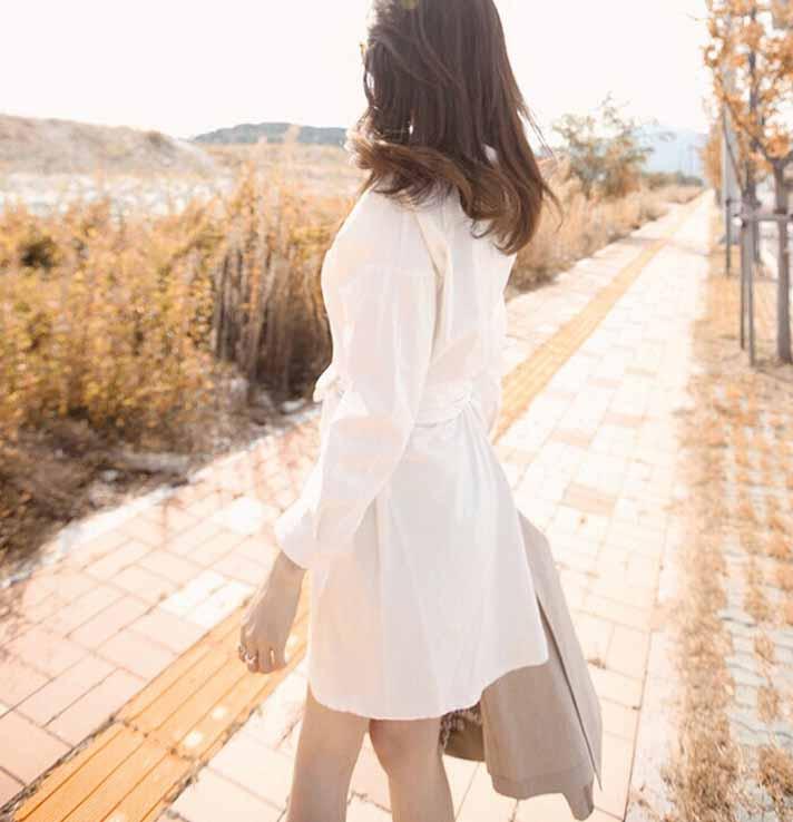 เสื้อเชิ้ตยาวตัวหลวม สไตล์เดรสเชิ้ตแฟชั่นเกาหลีมีกระเป๋าข้างเอวผูกโบว์สวย นำเข้า ฟรีไซส์ สีขาว - พร้อมส่งTJ7459 ราคา1100บาท
