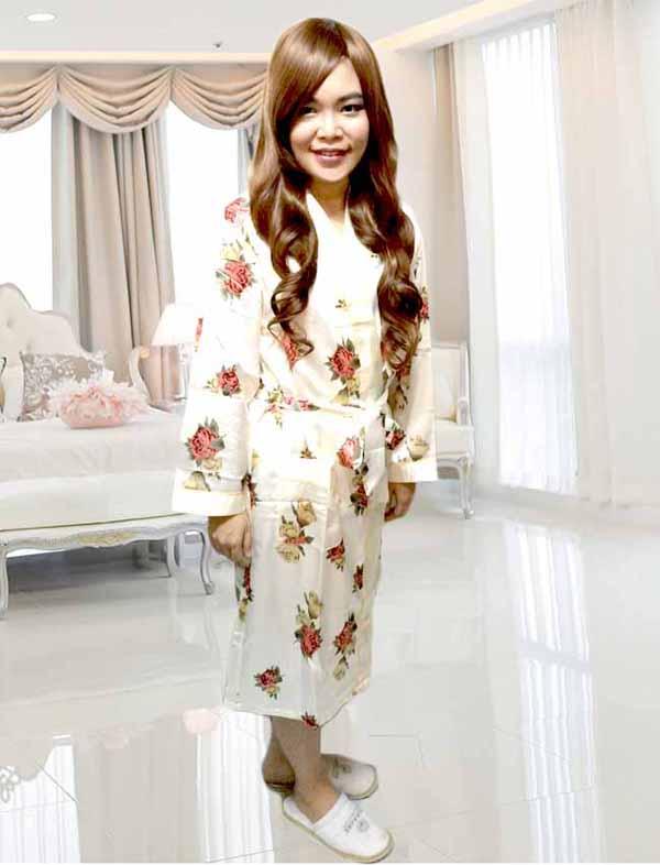เสื้อคลุมชุดนอน ผ้าซาตินหนานุ่มอย่างดีแฟชั่นลายดอกไม้หรู ฟรีไซส์ นำเข้า สีขาวอมครีม - พร้อมส่งTJ7565 ราคา 650 บาท