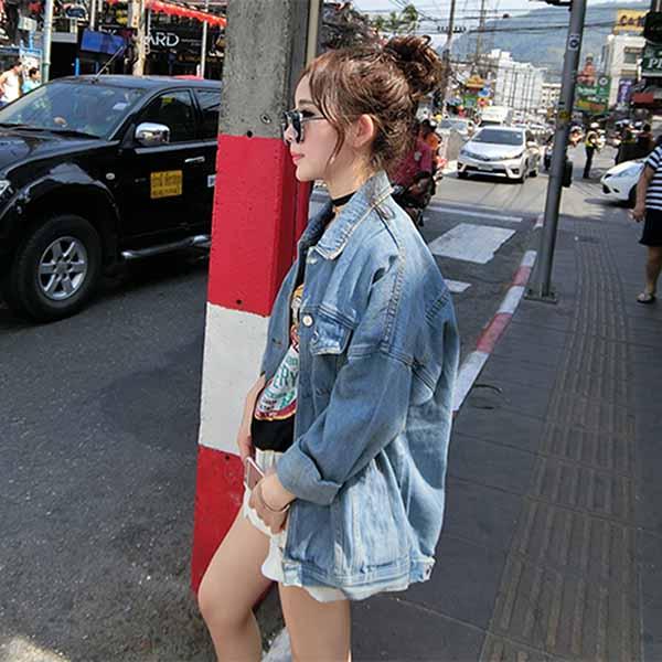 เสื้อยีนส์หลวมยาวคลุมสะโพก แบบไหล่ตกแฟชั่นเกาหลีวินเทจใหม่เก๋มาก ฟรีไซส์ - พร้อมส่งTJ7767 ราคา990บาท