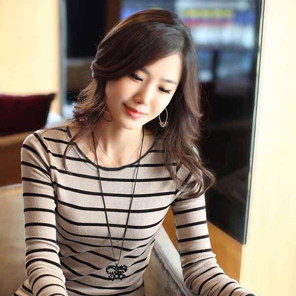เสื้อยืดแขนยาว แฟชั่นเกาหลีผู้หญิงลายขวางน่ารัก นำเข้า สีครีมดำ - พร้อมส่งTJ7803 ราคา350บาท