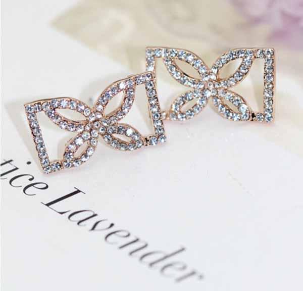 ต่างหูคริสตัล แฟชั่นใหม่ต่างหูรูปกลีบดอกไม้ทรงเหลี่ยม Elegant Crystal Earrings นำเข้า - พร้อมส่งW207 ราคา300บาท
