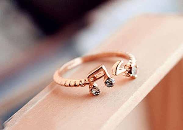แหวนทองคำ รูปตัวโน้ตแฟชั่นเกาหลีประดับคริสตัลสวยหรู 9K Rose Gold Rings นำเข้า ไซส์8 - พร้อมส่งW230 ราคา250บาท