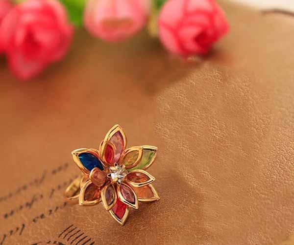แหวนแฟชั่นเกาหลี รูปดอกไม้ประดับคริสตัลสังเคราะห์หลากสีทองแท้เนื้อ 14K นำเข้า ไซส์6.5 สีทอง - พร้อมส่งW325 ราคา750บาท
