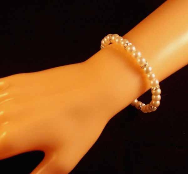 กำไลมุก แฟชั่นเกาหลีประดับคริสตัลสายยืดหยุ่นสวมสวยหรูหรา Pearl Bracelet นำเข้า สีขาว - พร้อมส่งW340 ราคา300บาท