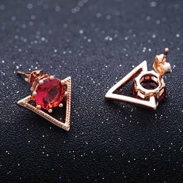 ต่างหูเพชร แฟชั่นเกาหลีประดับคริสตัลสามเหลี่ยมทองคำ CZ 18K Gold Earrings นำเข้า สีแดง - พร้อมส่งW613 ราคา300บาท