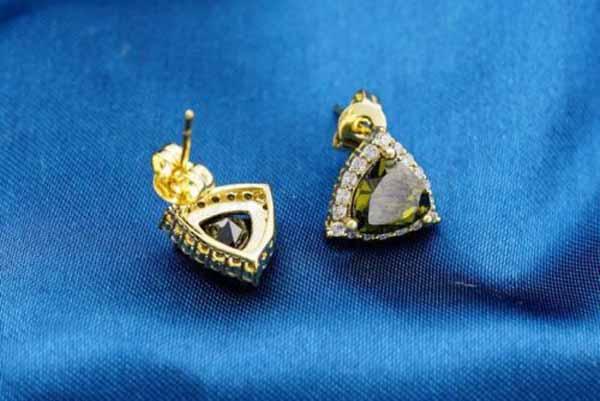 ต่างหูเพชร แฟชั่นเกาหลีประดับคริสตัลสามเหลี่ยมมีมิติ CZ 18K Gold Earrings นำเข้า สีเขียว - พร้อมส่งW664 ราคา300บาท